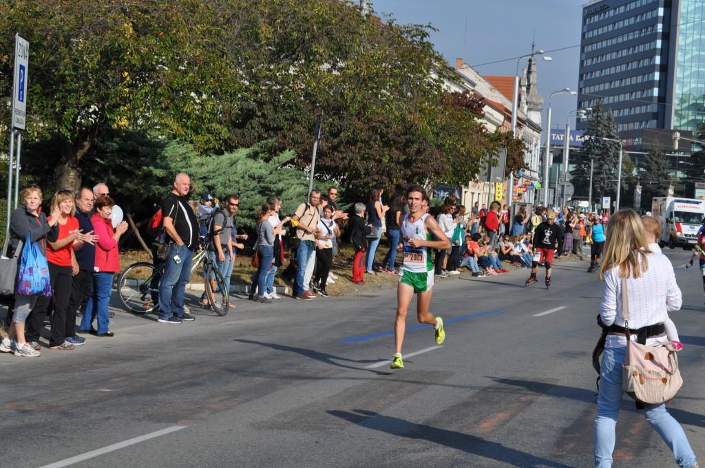 Šarki beží za titulom v roku 2016. Povzbudzujú aj manželka Danka s dcérkou Emou.
